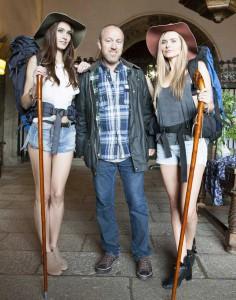 José María Besteiro con dos de las protanogistas del vídeo de Enrique Iglesias en Galicia.